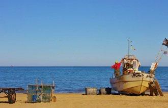 Rybářské loďky na pláži