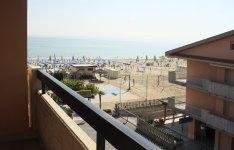 Výhled na pláž z balkónu jednoho z apartmánů