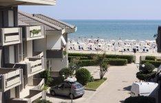 Výhled na pláž z jednoho z apartmánů rezidence Green Marine